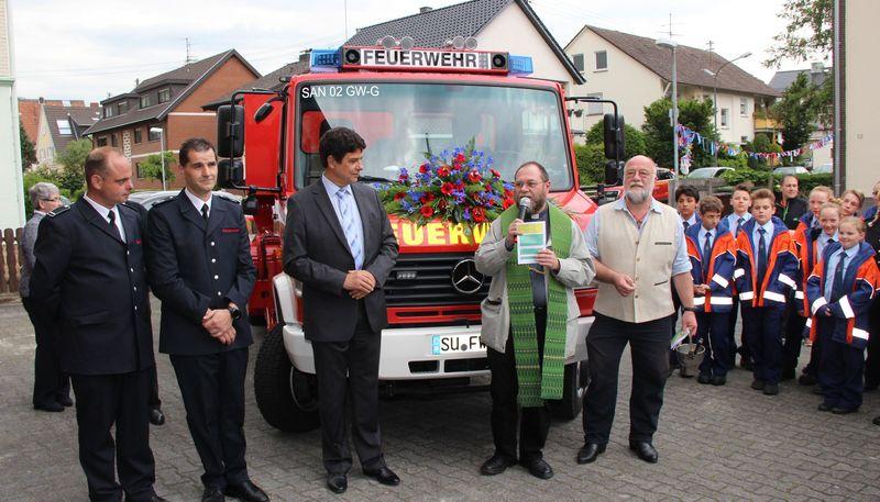 Der neue Gerätewagen Umweltschutz wird gesegnet und der Löschgruppe Hangelar übergeben.
